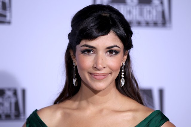 Actress Hannah Simone works the matte look with a touch of color on her cheeks at the Golden Globes 2012.