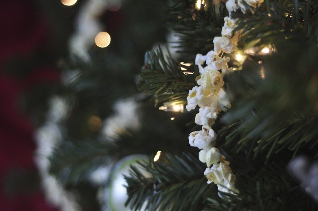 Cranberry and popcorn garland gives the tree a country chic look.