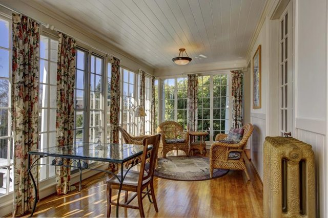How do i decorate a four seasons sunroom with pictures for Sunroom curtains