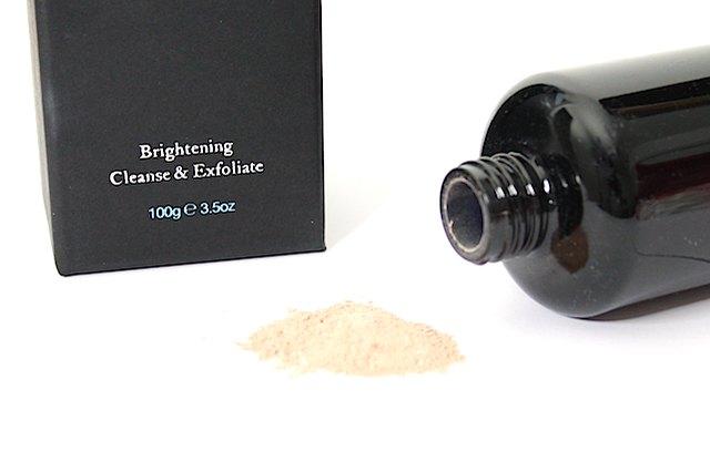 Over-exfoliant peut endommager la couche externe de la peau.