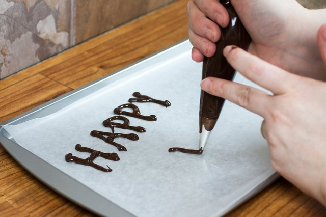 How to make chocolate decorations for cakes with pictures ehow - Decoration en chocolat trucs et astuces ...
