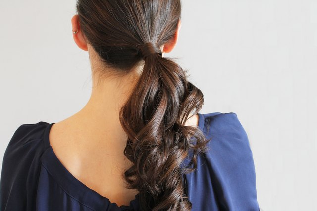 Cool And You Dont Know What To Do With Your Hair? We Say Grab Your Favorite Clip And Give A Try To These Super Easy Banana Clip Hairstyles First Make A Loose And Basic Ponytail And Then Twist It Gently In A Clockwise Motion Hold It Up A Little