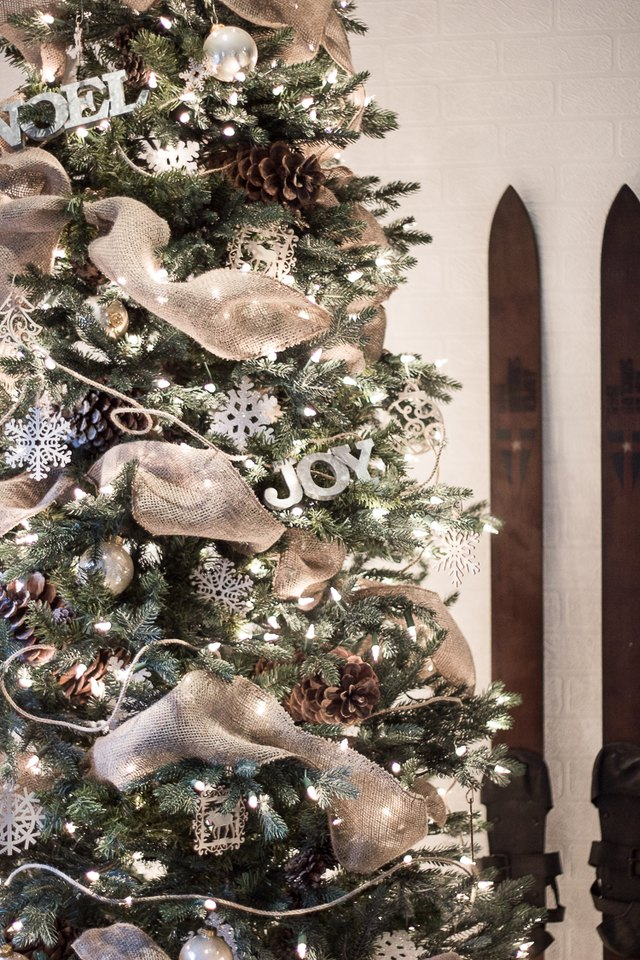 how to put ribbon garland on a christmas tree ehow. Black Bedroom Furniture Sets. Home Design Ideas