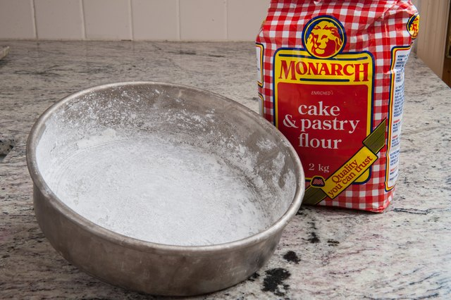 How to Grease & Flour a Cake Pan