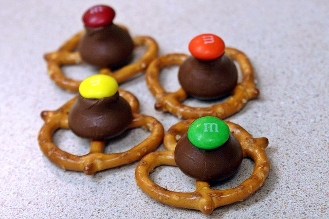 How to Make Pretzels With Hershey Kisses (with Pictures) | eHow