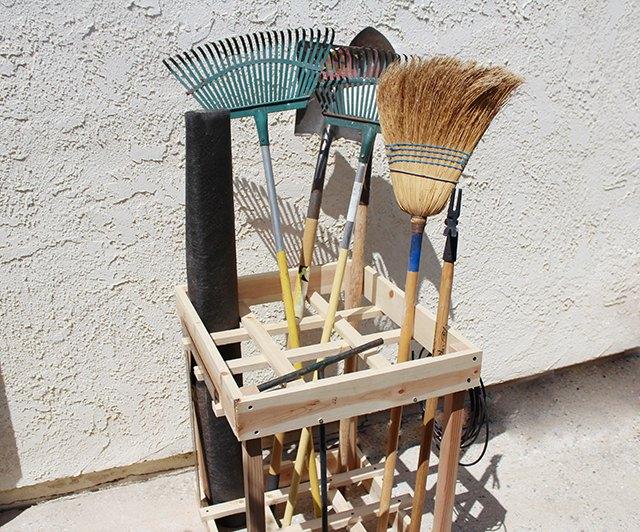 Diy garden tool rack ehow for Diy garden tool storage