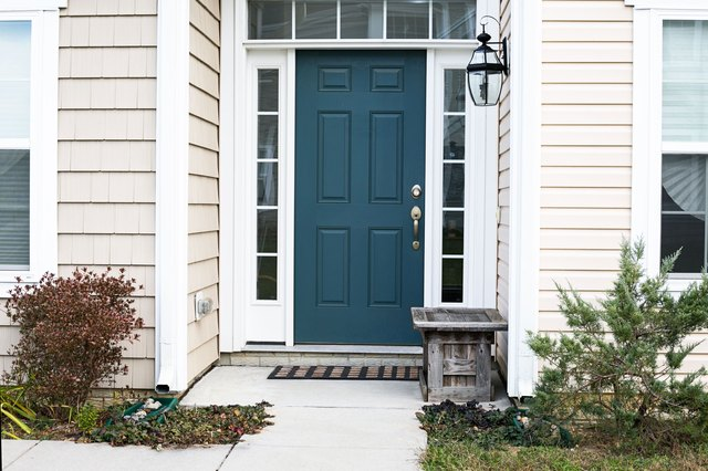Cures for front doors in feng shui with pictures ehow for Feng shui back door