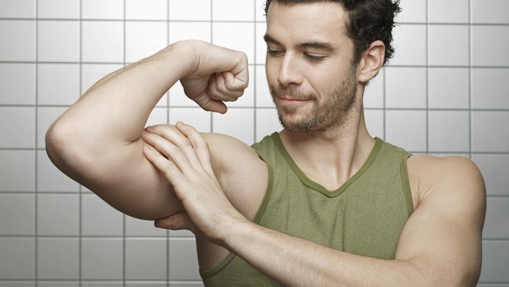 The biceps and triceps are two muscles that work together. When you bring your hand toward your shoulder, you flex your biceps muscles while lengthening your triceps. When you straighten your arm, the biceps relax and the triceps contracts. The biceps and triceps can be flexed at the same time, but doing so may result in injury, especially if held for a long time or if done frequently.