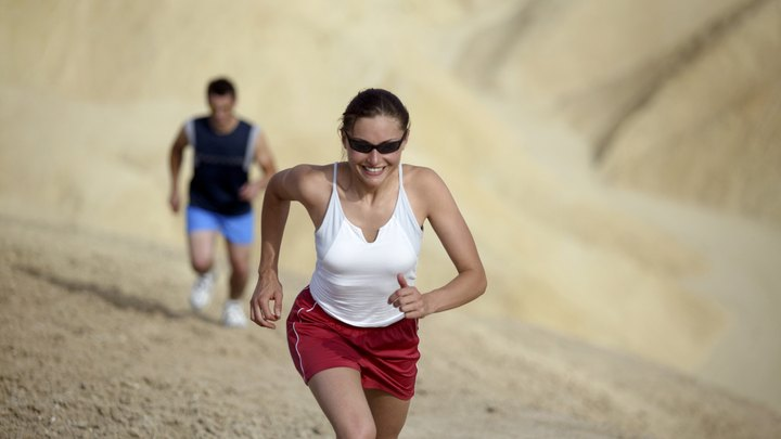 Running on an incline, whether you are running up hills or on the treadmill, is a high intensity workout with many benefits. Your abdominals are among the many major muscle groups that benefit from incline running, as this exercise builds muscle mass in the abs while also burning fat.