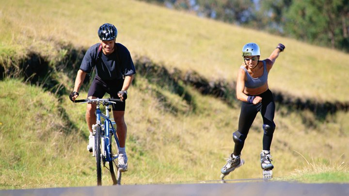 If you're trying to decide between two workouts, it's often a good idea to look at the facts. If you're trying to decide between in-line skating and cycling, know first that the two offer similar cardiovascular benefits. Depending on the intensity of the exercise, both workouts offer an athlete the chance to get an aerobic or anaerobic workout. From there, if your goal is weight loss, you'll want to look at the number of calories burned; if you want to tone certain muscles, consider the muscles used. Finally, you'll want to determine which exercise actually makes you want to get up and move your body.