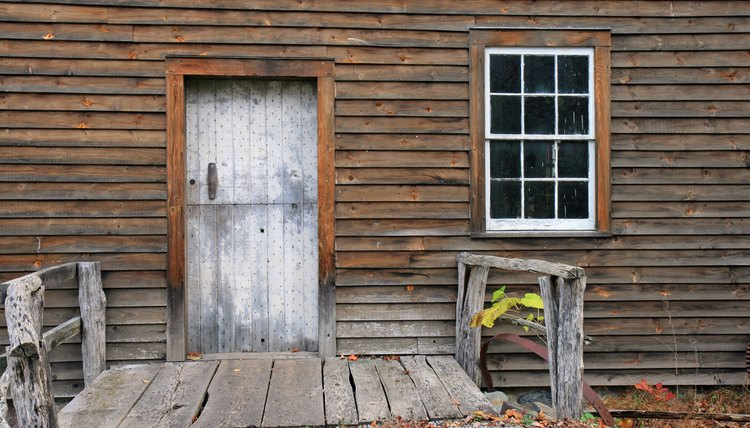The earliest colonial settlements in Massachusetts were humble homes.