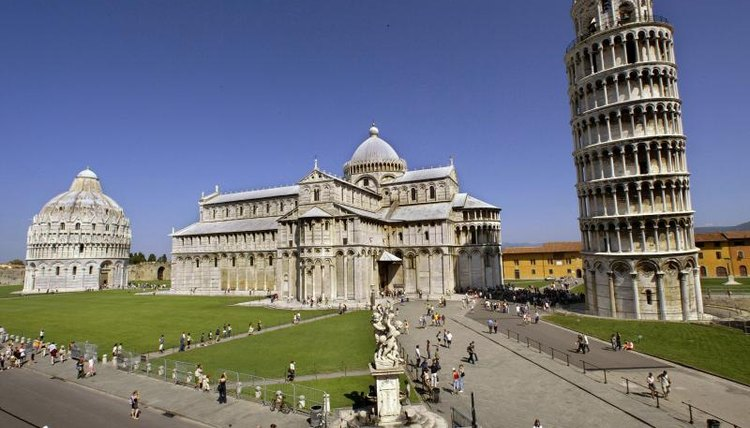 Wide shot of the leaning tower of Pisa and surrounding buildings