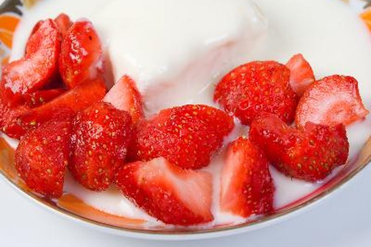 En la dieta Eat-Clean se puede comer yogur simple con fruta fresca.