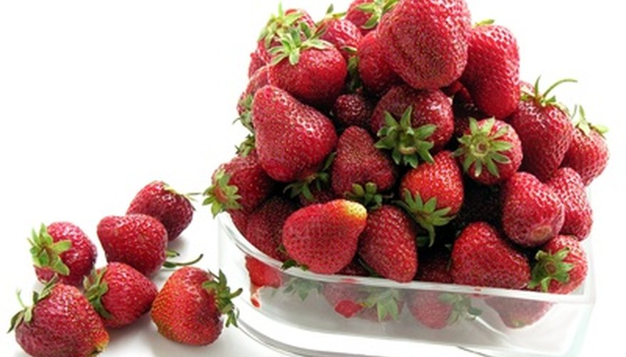 Herbicides allow strawberries to develop without weed damage.