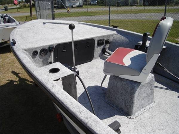 How stick steering works on outboard motors ehow for How does an outboard motor work