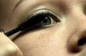 How to Avoid Clumpy Mascara