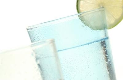 What are the effects of carbonated water on the body?