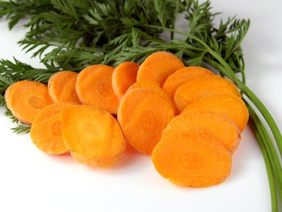Cut the carrots into round slices.