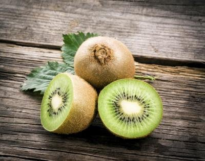 Kiwis cut in half on table