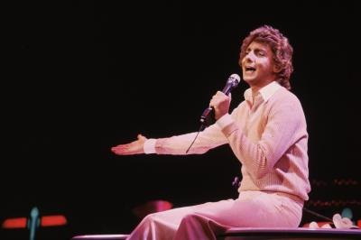 Barry Manilow sings on stage in London, 1982.
