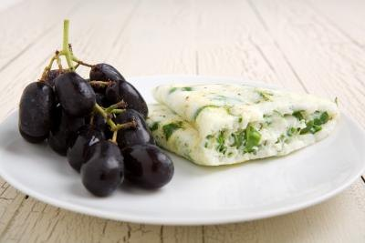 egg white omelet with spinach and grapes
