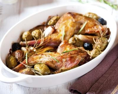 Rabbit meat with olives and herbs