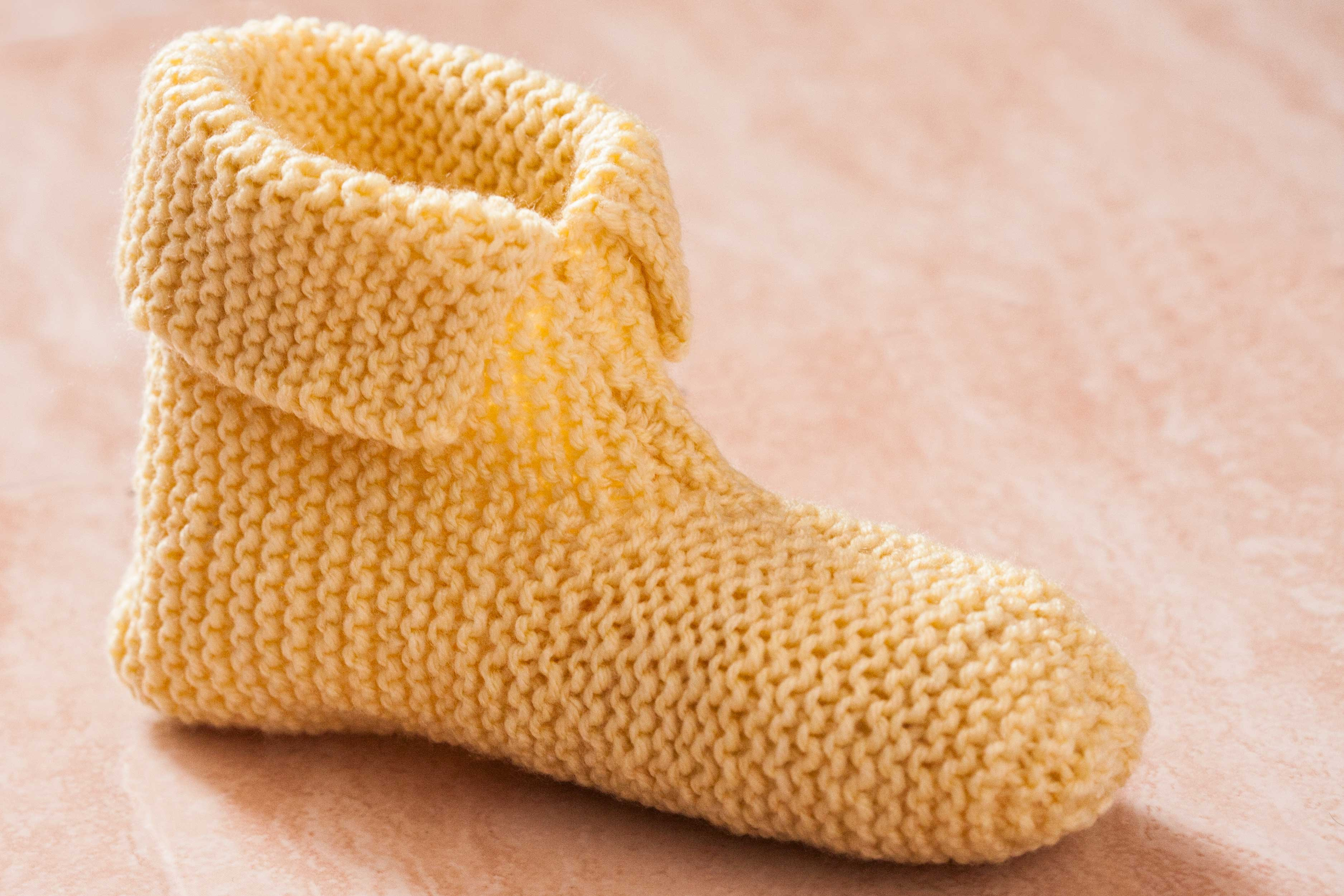 Knitting Slippers Patterns For Beginners : How to knit slippers for beginners with pictures ehow