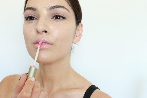 Les lèvres sèches ont besoin d'humidité supplémentaire pour regarder et se sentir plus doux.
