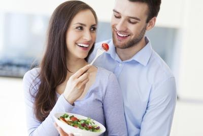 diabetic couple eating salad