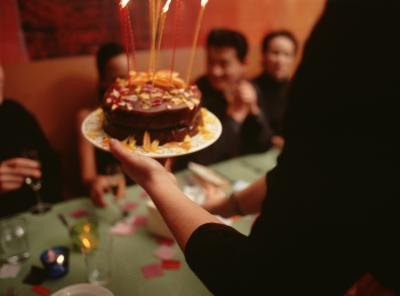 Make your teenage boy the birthday cake of his dreams with a few simple steps.