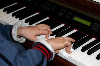how to learn to play piano with both hands