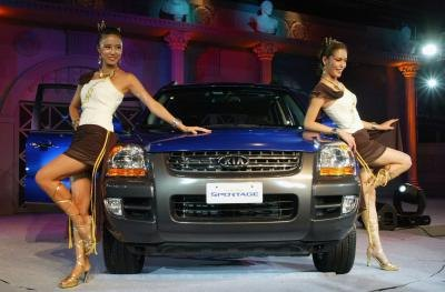 Models pose with Kia Sportage SUV