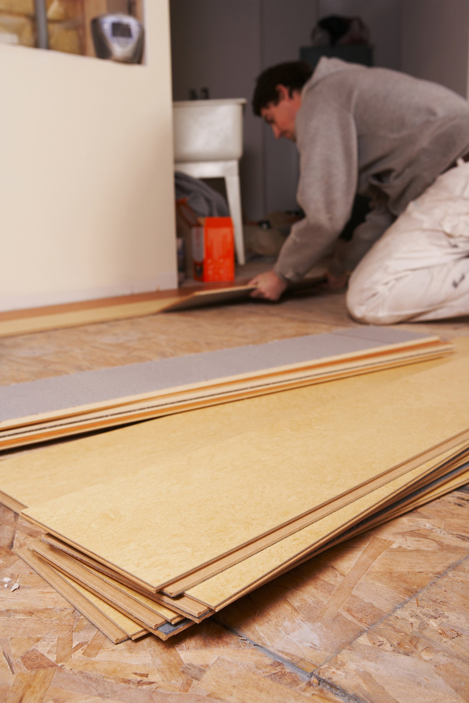 How to lay laminate flooring on concrete ehow for Laying flooring