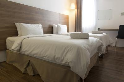 How To Arrange A Queen Size Bed In A Small Room Ehow