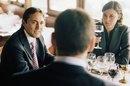 Consejos para organizar una reunión de almuerzo con servicio de comida