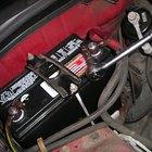 Al cambiar la batería de un automóvil, ¿se debe cambiar primero el cable negativo o el positivo?