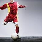 ¿Con qué fuerza promedio patea el balón un jugador de fútbol?