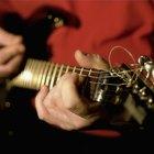 Cómo afinar una guitarra en Mi bemol