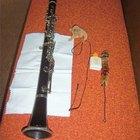 ¿Cómo limpio un clarinete de madera?