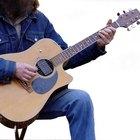 Cómo reparar una grieta en una guitarra acústica de tapa sólida