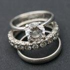 ¿Cómo sacar un anillo de un dedo hinchado?