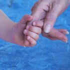 Niños con manos resecas