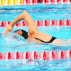 Cómo protegerte los oídos mientras nadas