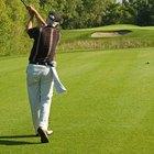 ¿Qué hace que uno golpee por detrás de la pelota de golf?