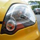 ¿Cómo limpio los faros turbios, amarillentos y manchados de mi auto?