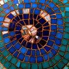Cómo reciclar azulejos de cerámica para hacer trébedes de mosaico.