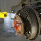 Cómo ajustar los pedales de frenos traseros de un auto