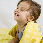 ¿Cuáles son las señales de peligro que se deben buscar cuando los niños se caen de una cama?