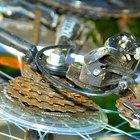 ¿Cómo reparar un cable en la marcha de la bicicleta?