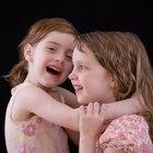 Buenas bromas para hacerle a tu hermana sin meterte en problemas